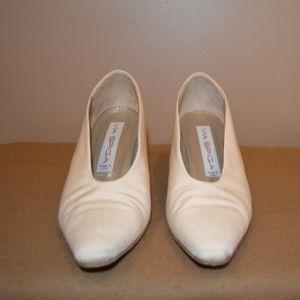 Vintage Woman's Via Spiga Beige Fabric Shoe Size 7